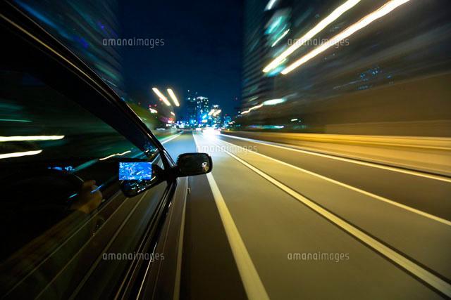 自動車の運転席と流れる道 ...