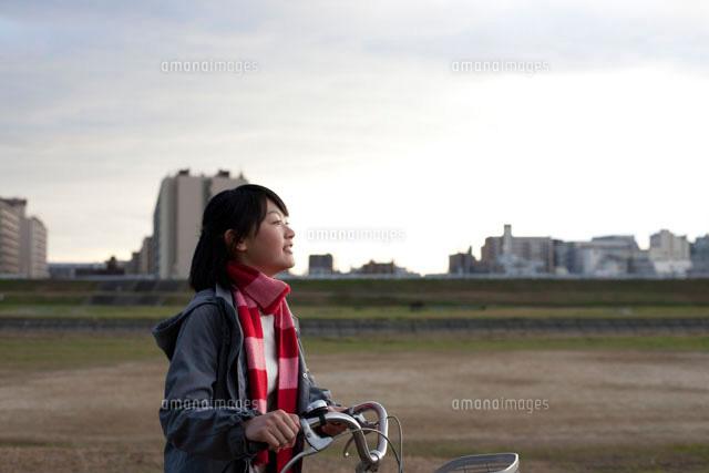 自転車を押して歩く女子高校生 ...