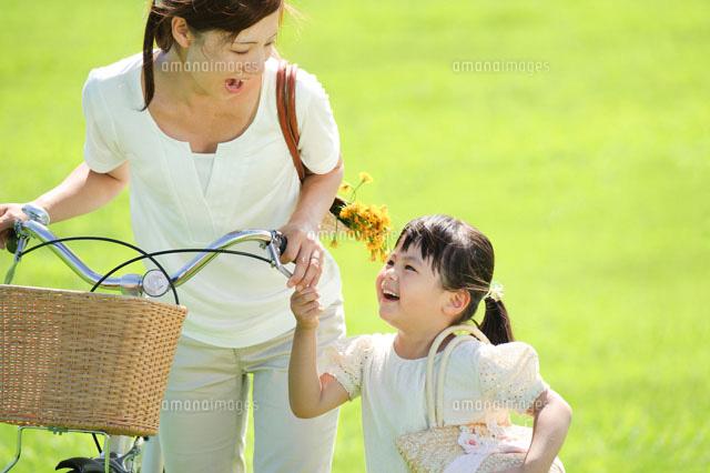自転車の 6歳 自転車 女の子 : 自転車を押す母親と女の子 ...
