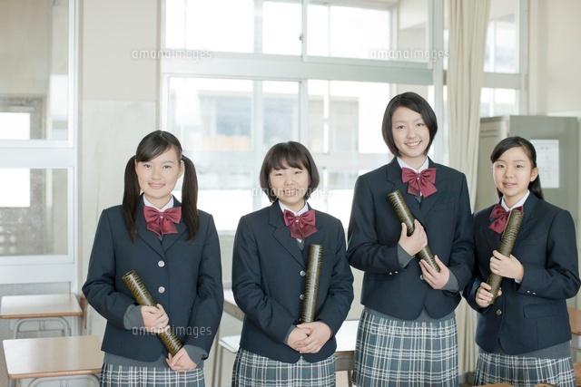 卒業証書を持つ笑顔の女子校生[10367003157]| 写真素材・ストック ...