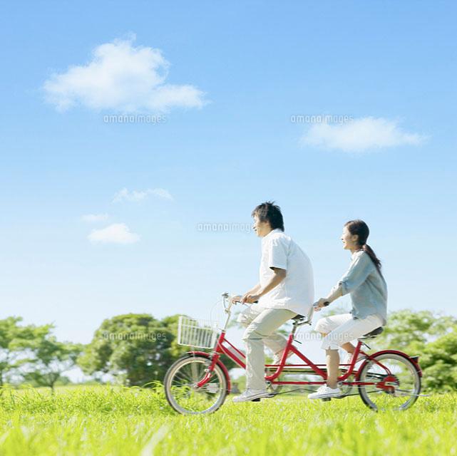 自転車の 自転車 登録 料金 : 自転車に乗ったカップル ...