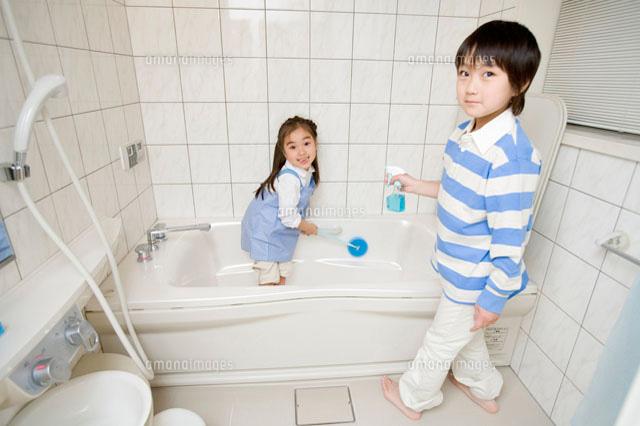 風呂掃除をする子供[28174005533 ...
