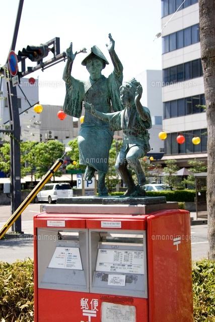 郵便ポストの上の阿波踊りブロンズ像[10314002733]  写真素材 ...