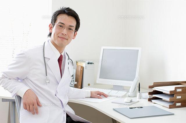 診察室の医師