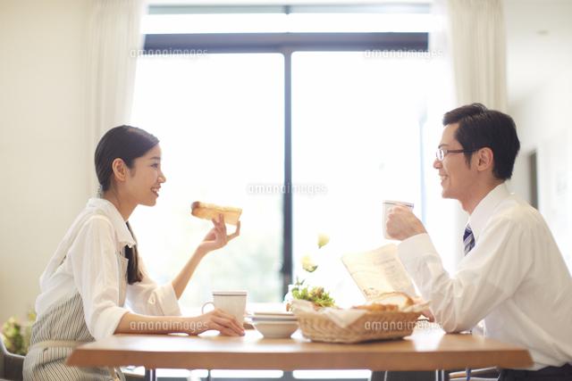 出勤前の朝食で会話する夫婦[33000000305]| 写真素材・ストック ...