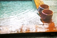掛け流し温泉の湯船と桶